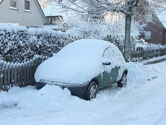 Eingeschneites Auto